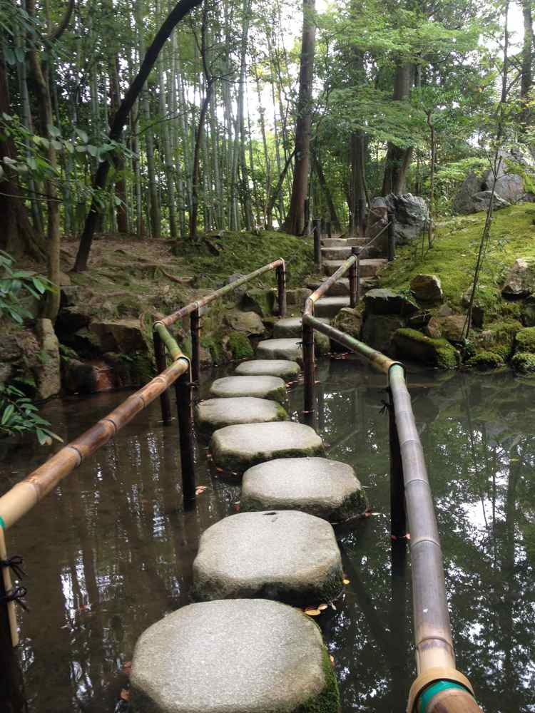 So far, my favorite use of tobiishi, stepping stones found at Tenjuan. When stepping stones are placed in the water, they're called Sawatobi.