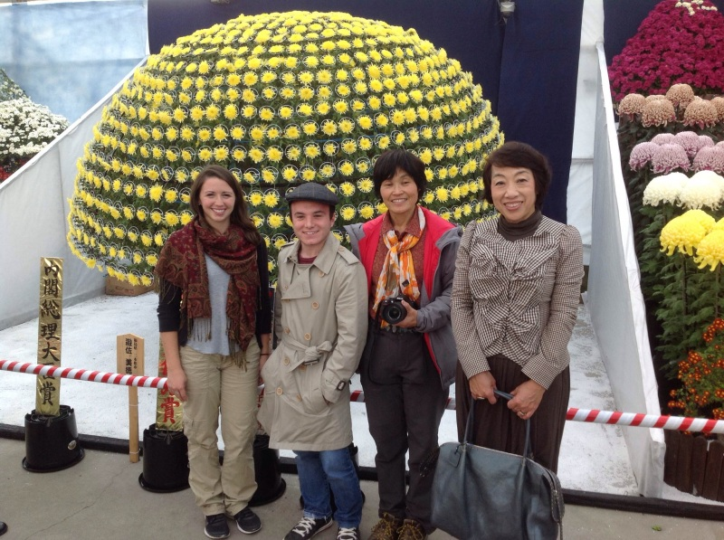 Chrisina, Me, Yoko-san, and Tomoko-san in front of the 1000 bloom mum created by Yoko-san's sensei.