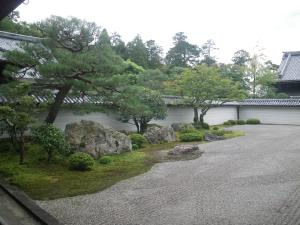 The viewing garden at Nanzenji Temple, an early 17th century garden designed by Kobori Enshu, perfectly illustrates the mountainous coastline and vast ocean landscape