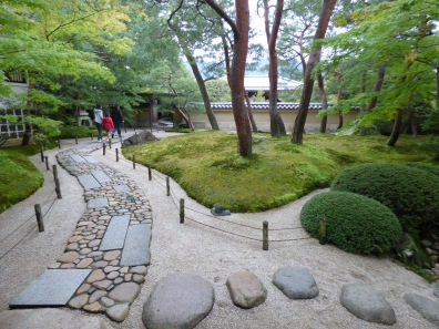 After going on the Portland seminar on stonework in Japanese gardens I can't stop looking at paths now... I thought this was a beautiful example of a gyo path